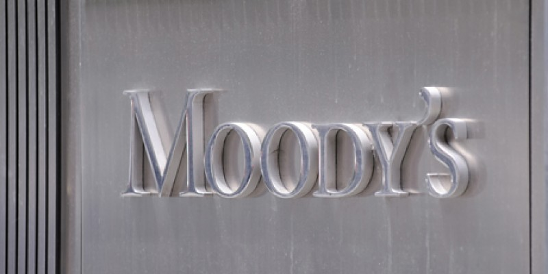 Moody's: Προς υποβάθμιση 100 τραπεζών